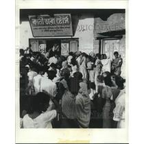 1966 Press Photo A Rice Shop In A Suburb Of Calcutta is raided by hungry Indians