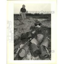 1993 Press Photo Bobbie Hayes carries an oil filter found in Marrero dump site