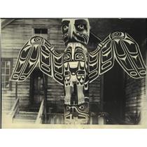 1925 Press Photo Distinctive totem pole on display in Albert Bay BC - lrx01266