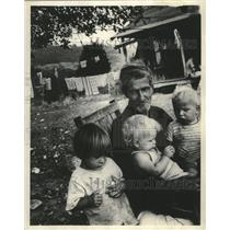 1974 Press Photo Appalachian family outside home in Clearfield, Tennessee