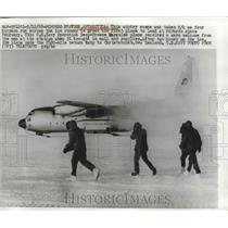 1968 Press Photo Navy men run to Navy Operation Deep Freeze Hercules plane