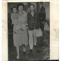 1963 Press Photo-Hong Kong-Scott L. Rush with wife Helen and child Betty Jean.