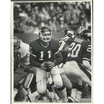 1986 Press Photo Quarterback Phil Simms leads the Giants on offense. - mjx50243
