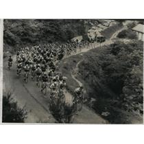 1963 Press Photo A stream of bicycle racers during the 2,550-mile Tour de France