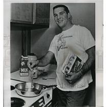 1963 Press Photo Vikings football's Paul Flatley prepares breakfast at home