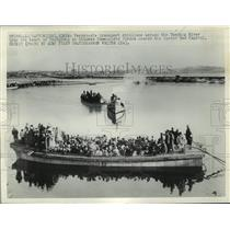 1950 Press Photo Ferryboat transport civilians across Taedong River to Pyongyang