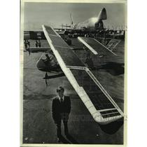 1981 Press Photo Steve Ptacek, pilot of Solar Challenger, stands with aircraft