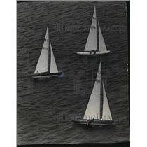 "1967 Press Photo Sailors practice ""hiking"" in sailboat race in Wisconsin"