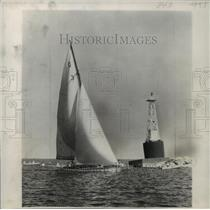 1949 Press Photo Winning Schoendorfs Boat Of Queen's Cup Race Near Harbor Marker