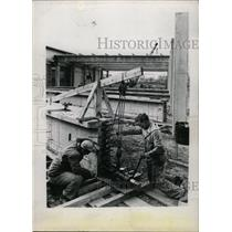Press Photo workers on construction site - RRW76001
