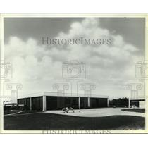 1976 Press Photo Helicopter outside Heliflight Systems, Inc. concourse