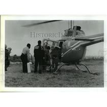 1987 Press Photo Rescuers board helicopter in Galveston, Texas - hca28100