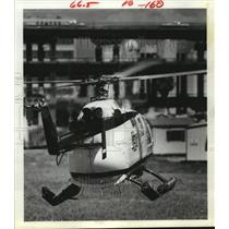 1981 Press Photo Helicopter prepares to land near Southwest Freeway in Houston