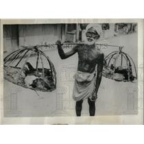 1931 Press Photo Chicken Merchant Business Ceylon Trade - RRX68221