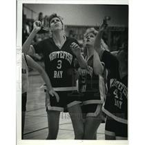 1989 Press Photo Bay players look up for guidance to basketball coach, Don Laine