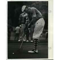 1990 Press Photo Packers football's Tim Harris concentrates during golf game