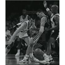 1992 Press Photo Bucks basketball's Frank Brickowski gets ball from opponent