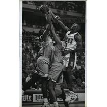 1993 Press Photo Bucks basketball's Anthony Avent goes against Hornets players