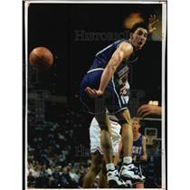 1994 Press Photo Bucks basketball guard Jon Barry flips a pass behind his back