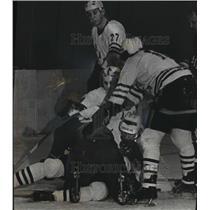 1972 Press Photo Detroit Oak Leafs Block Net In Hockey Tournament In Milwaukee