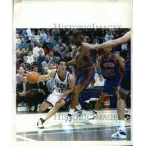 1994 Press Photo Milwaukee basketball's Jon Barry leaves Detroit's Allan Houston
