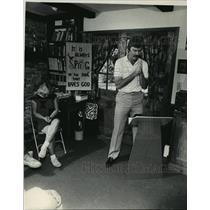 1983 Press Photo Brewers baseball pitcher Rick Waits prays with students