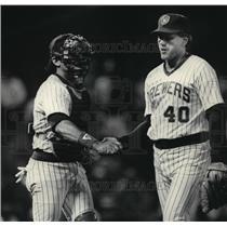 1985 Press Photo Milwaukee Brewers baseball's Bob Gibson shake teammate's hand