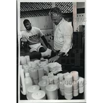 1990 Press Photo Bucks basketballl's Greg Anderson and trainer Jeff Snedeker