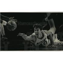 1990 Press Photo Milwaukee Bucks basketball's Frank Brickowski dives for ball
