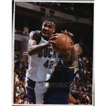 1994 Press Photo Brewers basketball's Vin Baker against Pacers' Sam Mitchell