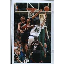 1994 Press Photo Bucks basketball's Vin Baker sneaks shot around Charles Barkley