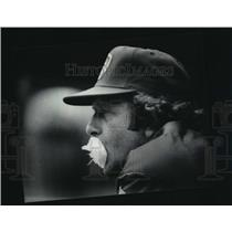 1984 Press Photo Brewers baseball manager, Rene Lachemann, while watching game