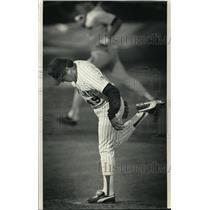 1987 Press Photo Brewers baseball's Teddy Higuera kicks as rival gets a homer