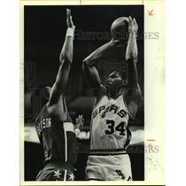 1985 Press Photo Spur Mike Mitchell and Cliff Robinson play NBA basketball