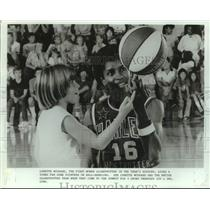 1986 Press Photo Harlem Globetrotters basketball player Lynette Woodard and fan