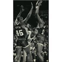 1966 Press Photo Bucks' Terry Cummings sneaks a peek between Pacers players