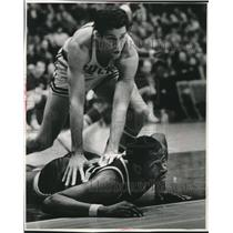 1968 Press Photo Fred Hetzel of Milwaukee Bucks pins Walt Bellamy of Pistons.