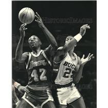 1990 Press Photo Los Angeles' James Worthy and Milwaukee Buck Alvin Robertson