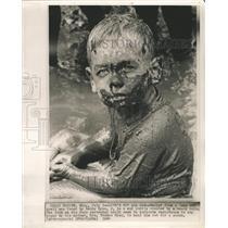 1964 Press Photo Raddy Ryan Mud puddle heavy rain Life - RRW42503