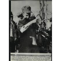 1937 Press Photo Lee Stodgell of Morning Sun, Iowa showing cornhusking skills