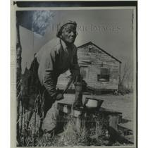 1959 Press Photo Annie Chaplin pumps water in Beaufort County, South Carolina.