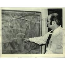 1979 Press Photo Dick Weinberg diagrams aviation concept at Albany, NY airport