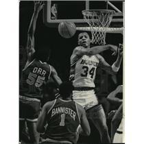 1986 Press Photo Bucks basketball's Terry Cummings swats Louis Orr's shot