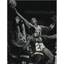 1986 Press Photo Bucks' basketball's Terry Cummings in action, attempts layup