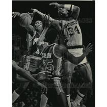 1985 Press Photo Bucks basketball's Terry Cummings in action, battles for ball
