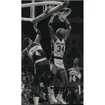 1985 Press Photo Bucks basketball's Terry Cummings in action, hangs on net