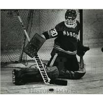 1982 Press Photo University of Marquette hockey goalie Mike Costello practicing.