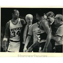 1987 Press Photo Bucks basketball's Terry Cummings, Del Harris with officials