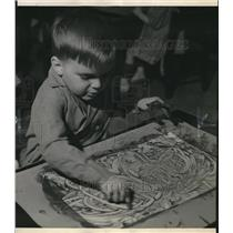 1939 Press Photo Jimmy Major of Richards School, Whitefish Bay, finger paints