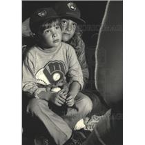 1983 Press Photo Young Milwaukee Brewers fans listen to Marshall Edwards